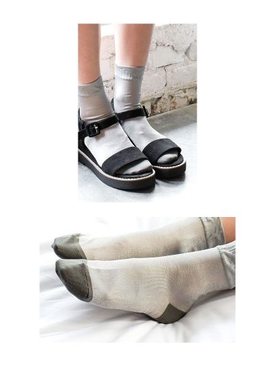 calcetines shimmer gris con modelo