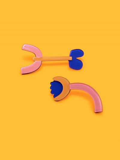 pendientes Miró III asimétricos figura abstracta con fondo