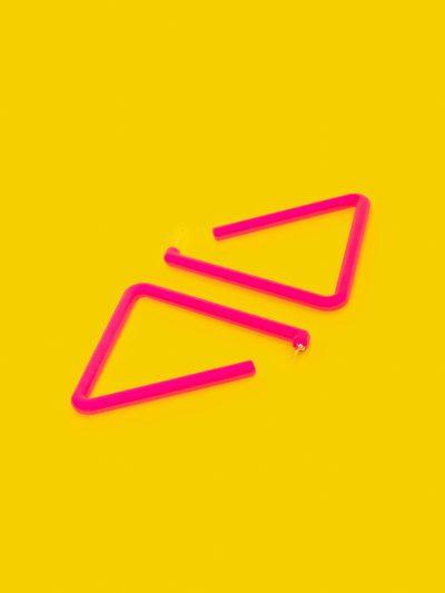 Pendientes Triangle Fucsia Neón con fondo