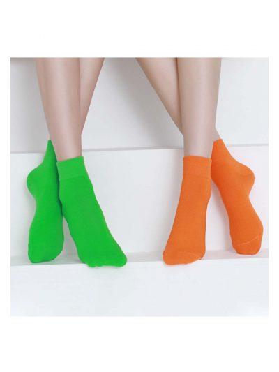 calcetines satisfying verde flúor y naranja neón con modelo