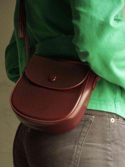 bolso saddle burdeos con modelo